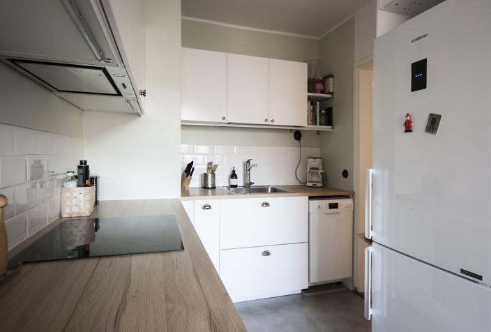 Valkoinen, remontoitu keittiö.