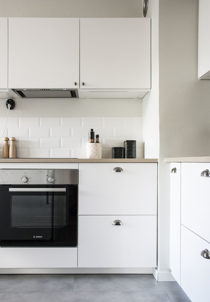 Skandinaavinen keittiö, valkoinen tiililadonta.
