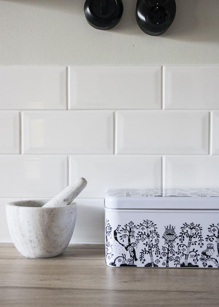 Valkoinen leipälaatikko ja marmorinen mortteli.
