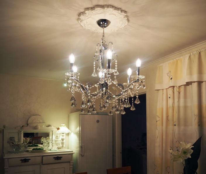 taitelijan koti, kristallikruunu keittiössä