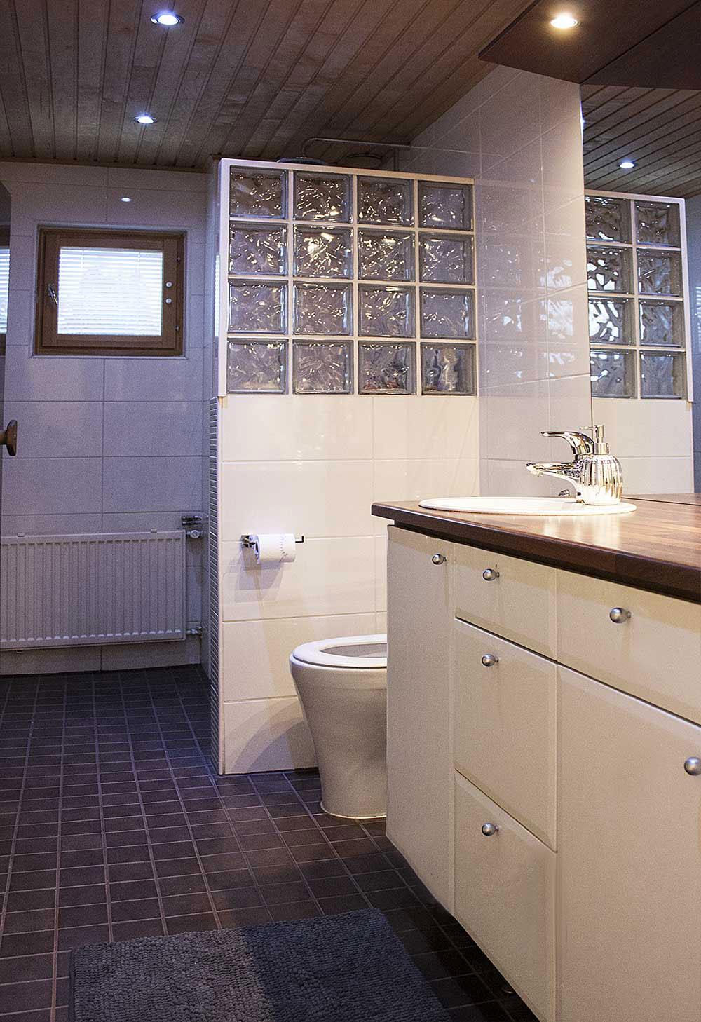 lasitiili kylpyhuone