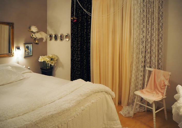 Taiteilijan koti, runsaat verhot makuuhuoneessa