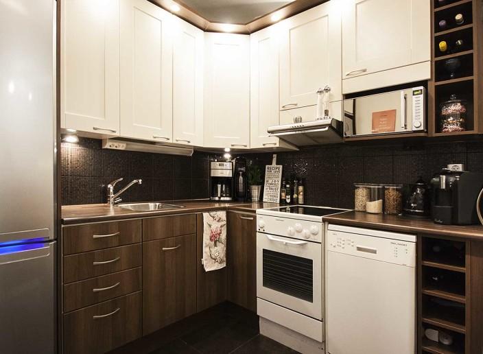 Sannin ja Hannun koti, moderni keittiö, ruskea