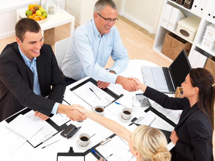 kiinteistönvälittäjät sekä asunnon myyjä ja ostaja
