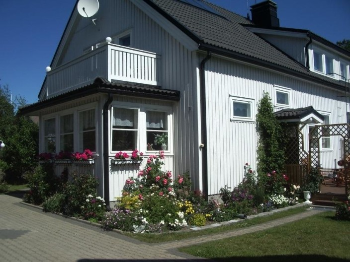 kukkapenkki talon seinustalla