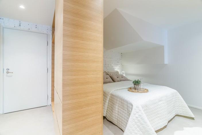 loft-asunnon teollistyylinen makuuhuone