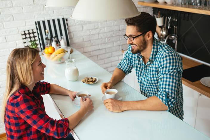 keittiön pöydän ääressä pullakahvit