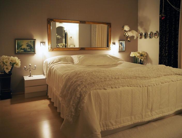 Taiteilijan koti, tunnelmallinen makuuhuone