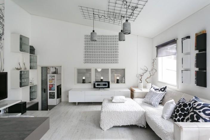 betonivalaisimet metalliverkossa loft-asunnon olohuoneessa
